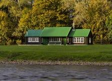 Fluss Spey und grüne Hütte. Stockfoto