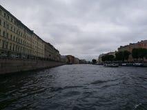 Fluss in St Petersburg Lizenzfreie Stockbilder