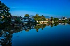 Fluss-Stadt stockfoto