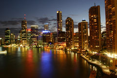 Fluss-Stadt bis zum Night Stockbilder
