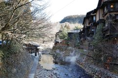 Fluss in Stadt Kurokawa Onsen in Aso, Kyushu, Japan lizenzfreies stockbild