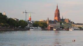 Fluss, Stadt und Kathedrale Frankfurt-am-Main, Deutschland stock video footage