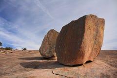 Fluss-Steine auf verzaubertem Felsen Stockbilder