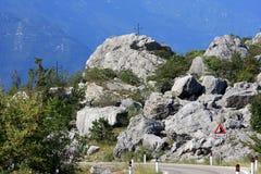 Fluss-Steine in einer unfruchtbaren felsigen italienischen Landschaft Lizenzfreies Stockfoto