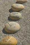 Fluss-Steine mit chinesischen Schriftzeichen Stockfotografie