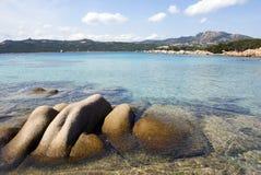 Fluss-Steine und Meer in Sardinien Stockfotografie
