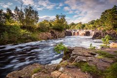 Fluss-T-Stücke und niedriger Kraft-Wasserfall Stockfoto