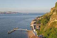 Fluss Tagus und unten Stadt Lissabon im Hintergrund Stockbilder