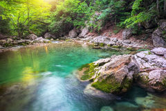 Fluss tief im Berg am Sommer stockfotos