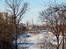 Fluss Tsna, Tambow kathedralen Das Ende des Winters lizenzfreies stockfoto