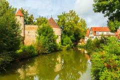Fluss um altes Schloss Stockbild