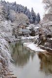 Fluss umgeben mit Schnee Stockfoto
