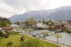Fluss und Alpen Aare in Interlaken lizenzfreie stockbilder