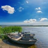 Fluss und alte Boote Lizenzfreie Stockfotografie