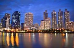 Fluss und Bangkok-Stadt Stockbild