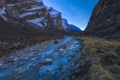 Fluss und Bergauf dem weg Annapurna-Stromkreis stockbilder