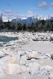 Fluss und Berge lizenzfreie stockfotografie