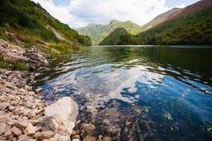 Fluss und Berge in Bosnien und Herzegowina balkan Lizenzfreie Stockbilder