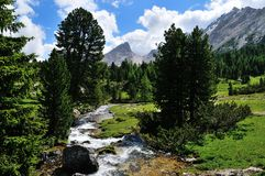 Fluss und Berge in den Dolomit Stockfotografie