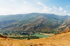 Fluss und Berge, Georgia Lizenzfreies Stockbild