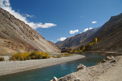 Fluss und Berge in Ghizer-Tal in Nord-Pakistan Stockbild