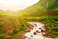 Fluss und Berge in Nepal Stockfotografie