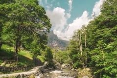 Fluss und Berge und Sonne Lizenzfreies Stockbild