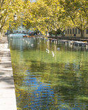Fluss und Brücke in Annecy Lizenzfreies Stockfoto
