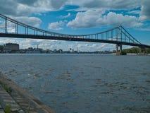 Fluss und Brücke Dnipro Stockfoto