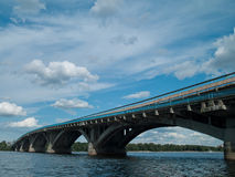 Fluss und Brücke Dnipro Lizenzfreies Stockfoto