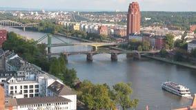 Fluss und Brücken in der Stadt Frankfurt-am-Main, Deutschland stock video