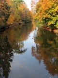 Fluss und bunte Herbstbäume, Litauen Stockfotografie