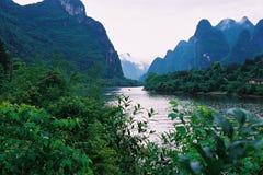 Fluss und der Berg. Stockfotografie