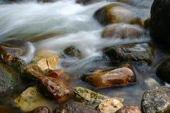 Fluss und Felsen   Lizenzfreie Stockfotografie