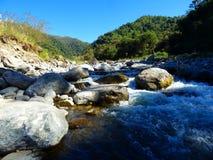Fluss und Felsen Stockbild