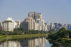 Fluss und Gebäude Pinheiros Stockbild