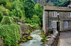 Fluss und Häuschen in Castleton, Derbyshire Lizenzfreie Stockfotos