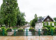 Fluss und Häuser in Petite France, Straßburg stockbild