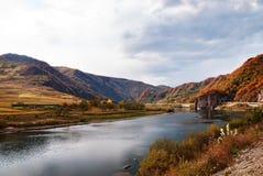 Fluss und Hügel Stockfotos