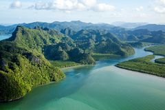 Fluss und Hügel an der Tropeninsel-Paradies-Vogelperspektive Stockbild