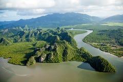 Fluss und Hügel an der Tropeninsel-Paradies-Vogelperspektive Stockfotos