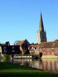 Fluss-und Kirchturm lizenzfreies stockbild