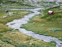 Fluss und kleine Häuser in Norwegen stockfotografie