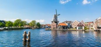 Fluss und Mühle Panorama Spaarne in Haarlem, die Niederlande Stockfotos