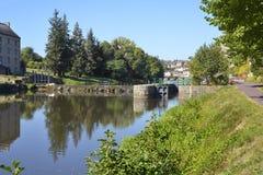 Fluss und Schleuse bei Josselin in Frankreich stockfotografie