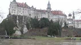 Fluss und Schloss auf Ufer Sigmaringen, Baden-Wurttemberg, Deutschland stock footage