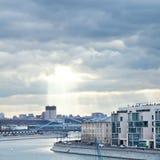 Fluss und Sonnenstrahlen Moskva in Moskau im Herbst Lizenzfreie Stockbilder