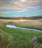 Fluss und Sonnenuntergangssonne Lizenzfreie Stockfotografie