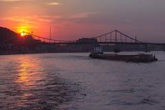 Fluss und Stadtbild Drepr am Abend in Kiew Stockfotografie