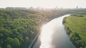 Fluss- und Stadtparkdamm an einem sonnigen Tag des Sommers stock video